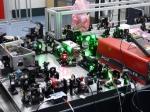 Vue de l'amplificateur laser : les éléments optiques qui préparent les pulsations nécessaires pour amplifier la puissance du laser