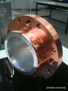 Épais dépôt de cuivre (sur 50 à 60 mm) obtenu par « Cold spray ». Le cuivre déposé est usinable : trous de vis, bride, etc.